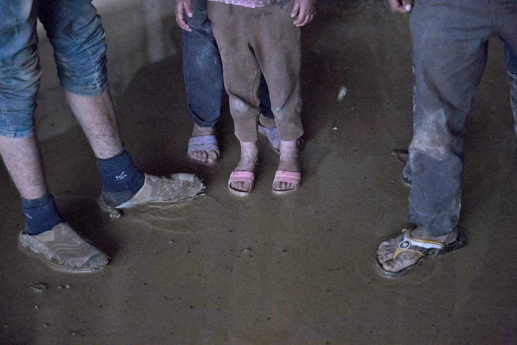 Frosne barn uten skikkelige sko. Foto: Gunnar Brandsdal