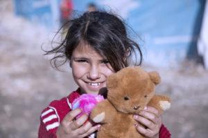Syriske flyktninger i Libanon mottar bamser fra MBS-AID.